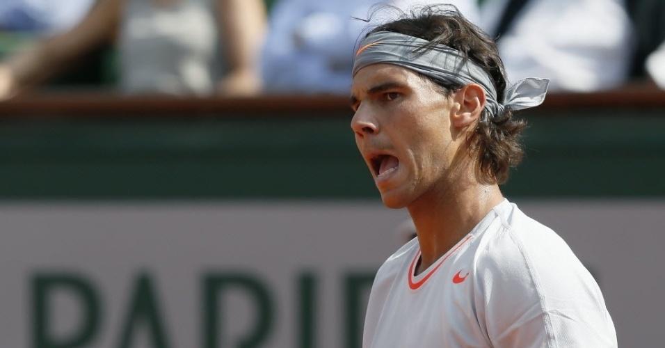 05.jun.2013 - Rafael Nadal comemora ponto no 1° set da partida contra Stanislas Wawrinka nas quartas em Paris