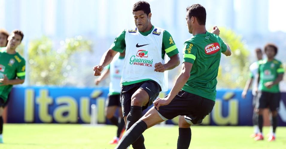 Hulk e Réver disputam bola em treino fechado em Goiás
