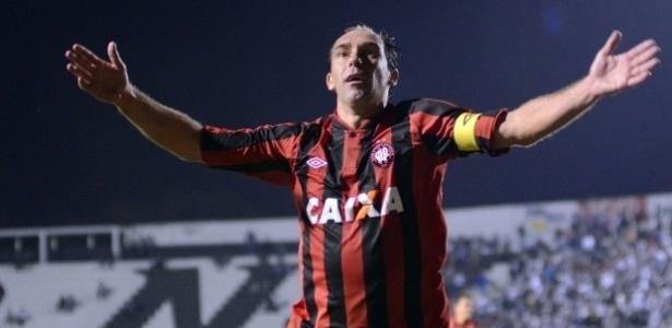 Paulo Baier comemora seu gol na vitória do Atlético-PR diante da Ponte