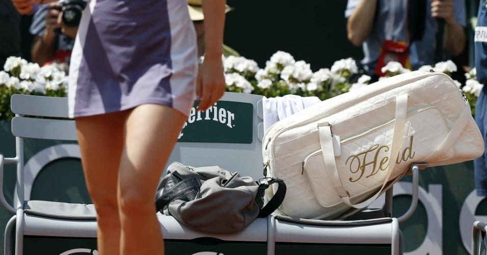 06.jun.2013 - Maria Sharapova deixa sua bola no banco para começar o aquecimento ates da partida contra Victoria Azarenka