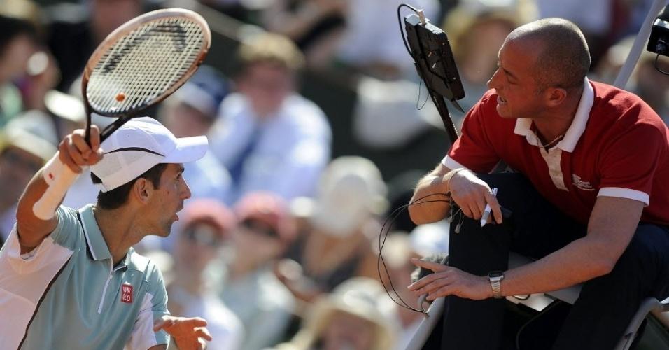 07.jun.2013 - Djokovic reclama com o árbitro após perder ponto por encostar na rede; o sérvio foi derrotado por Nadal na semifinal em Paris