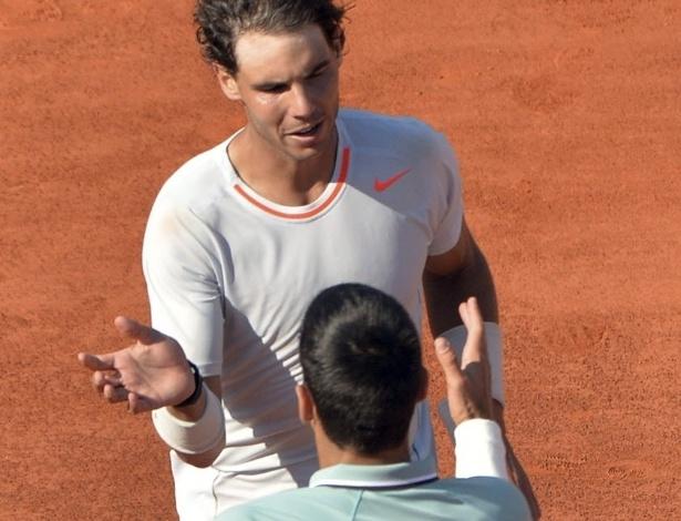 07.jun.2013 - Nadal e Djokovic se cumprimentam após o épico duelo entre ambos na semifinal de Roland Garros; Nadal saiu vencedor