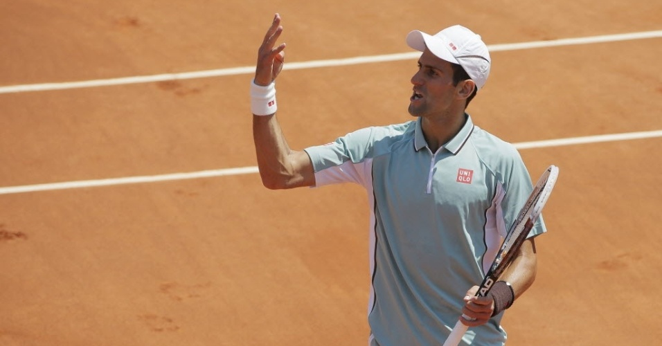 07.jun.2013 - Novak Djokovic reclama com a arbitragem após bola duvidosa durante o 3° set na semifinal em Paris contra Nadal