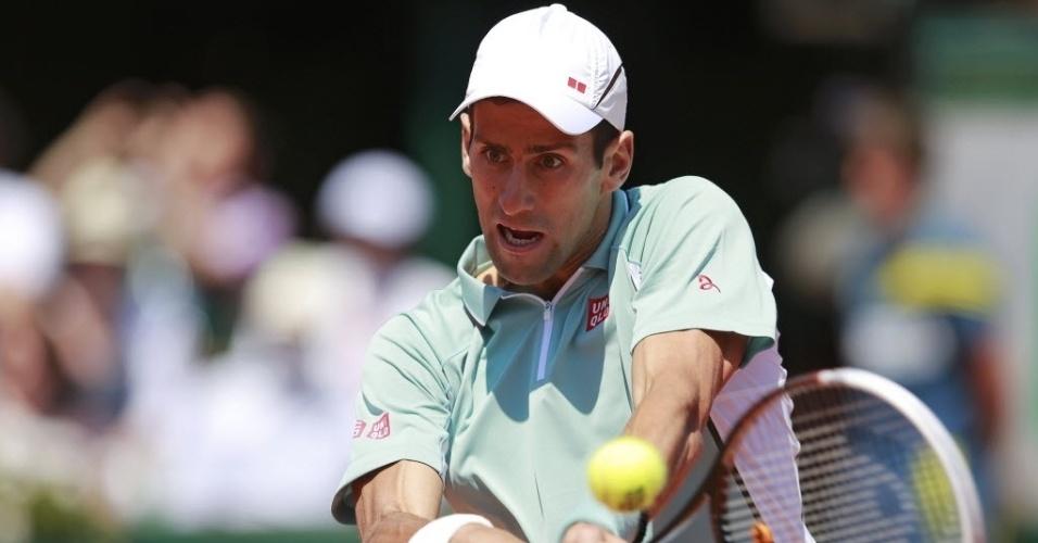 07.jun.2013 - Novak Djokovic tenta devolução durante o primeiro set da semifinal de Roland Garros contra Rafael Nadal