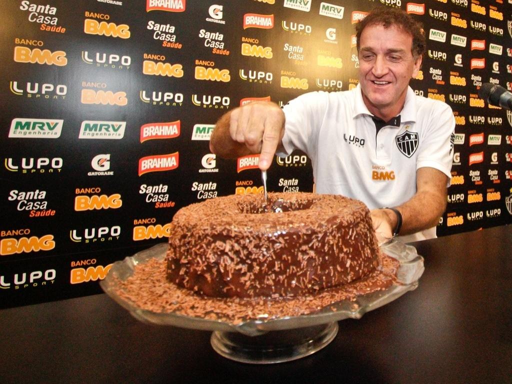 Técnico Cuca, do Atlético-MG, ganha bola de chocolate ao comemorar 50 anos (7/6/2013)