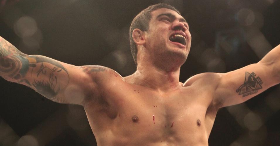 08.jun.2013 - Antonio Braga Neto comemora vitória por finalização sobre Anthony Smith em sua estreia no UFC em Fortaleza
