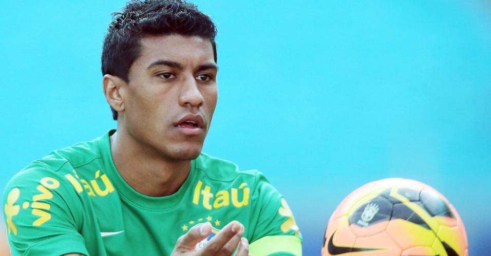 Corintiano Paulinho em treino da seleção brasileira em Porto Alegre