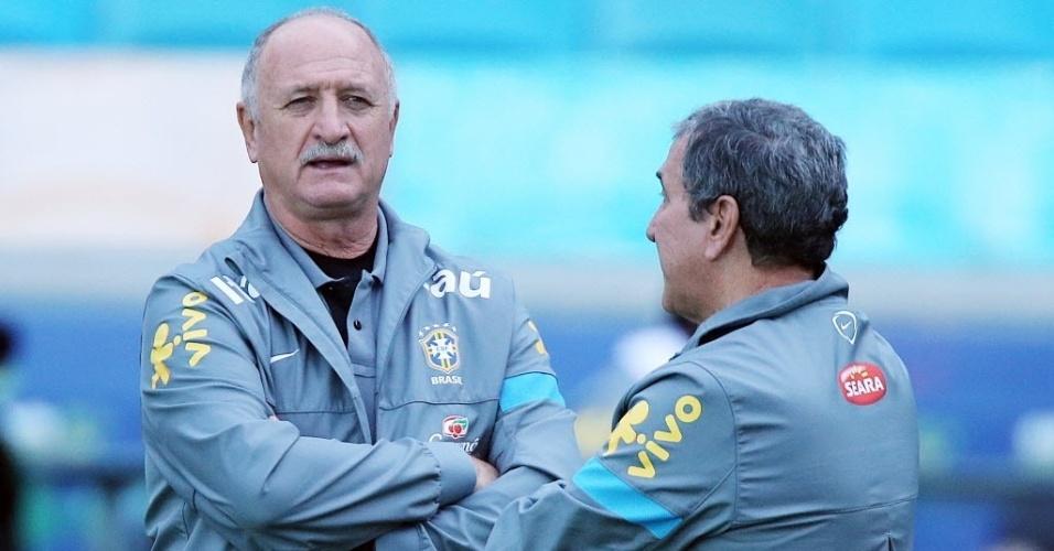 Felipão e Parreira conversam em treino da seleção brasileira em Porto Alegre