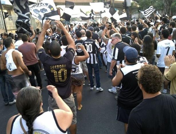 Torcedores do Botafogo protestam contra o fechamento do Engenhão até 2015 (08/06/2013)