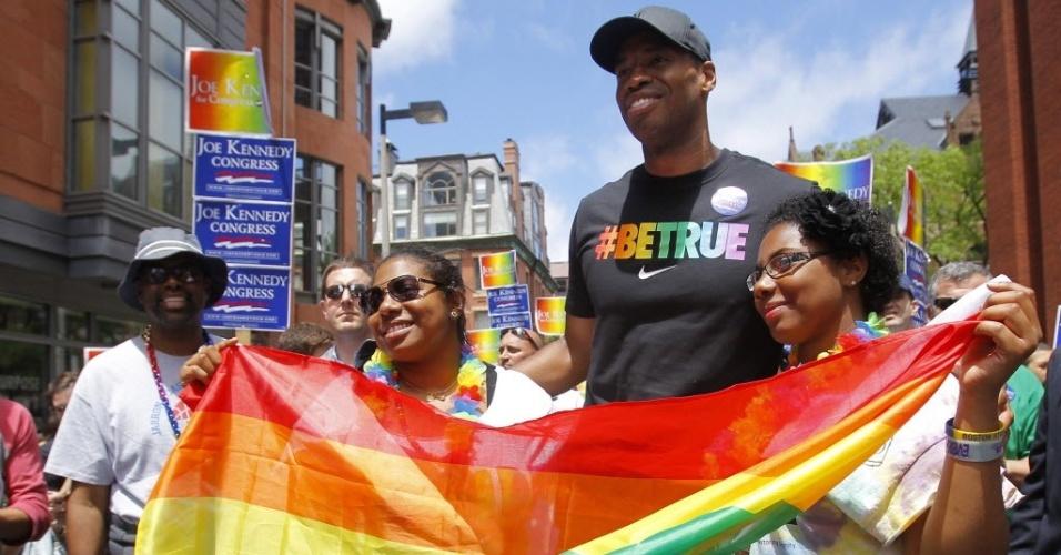 08.jun.2013 - Jason Collins desfila na parada gay de Boston