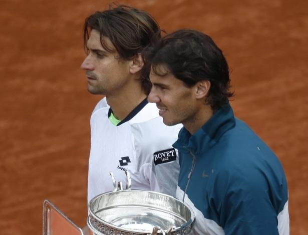 09.jun.2013 - David Ferrer, com a taça de vice, posa ao lado de Rafael Nadal, com o troféu de campeão de Roland Garros