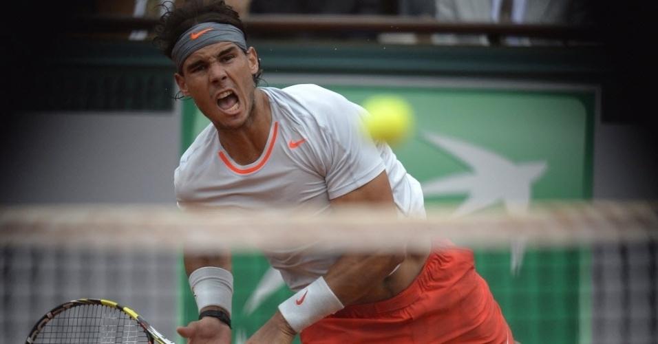 09.jun.2013 - Rafael Nadal grita após devolução na final de Roland Garros contra David Ferrer