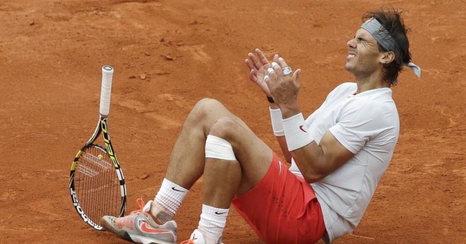 09.jun.2013 - Rafael Nadal se joga no saibro de Roland Garros após o ponto final da decisão contra David Ferrer