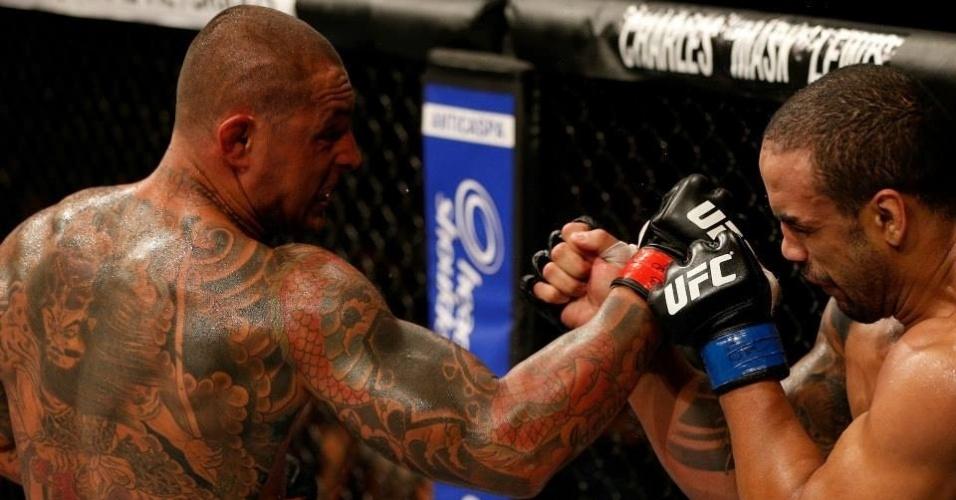09.jun.2013 - Thiago Silva acerta socos em Rafael Feijão durante combate no UFC TUF Brasil 2 Finale