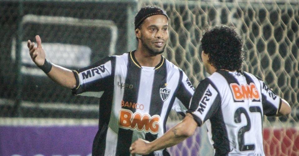 Ronaldinho Gaúcho comemora gol do Atlético-MG em partida com o Grêmio na Arena do Jacaré (9/6/2013)