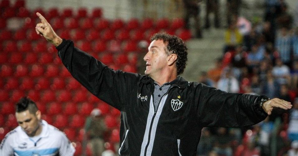 Técnico Cuca orienta time na vitória do Atlético-MG sobre o Grêmio, por 2 a 0, na Arena do Jacaré (9/6/2013)