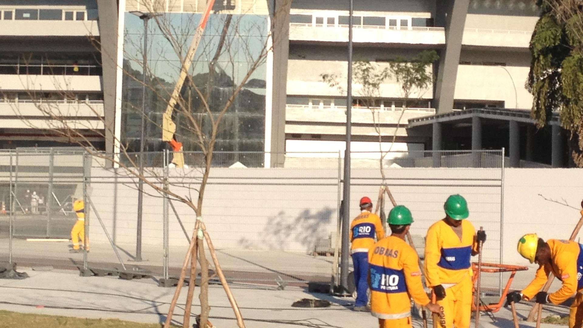 11.jun.2013 - Estádio do Maracanã ainda recebe alguns reparos a poucos dias do início da Copa das Confederações