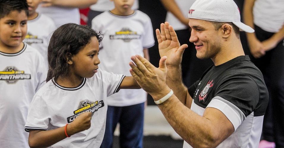 11.jun.2013 - Junior Cigano ensina luta a garota em campanha social do Corinthians no Parque São Jorge