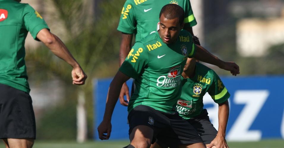 11.jun.2013 - Lucas durante treinamento da seleção brasileira nesta terça-feira em Goiânia