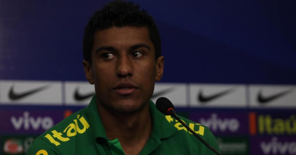 11.jun.2013 - Volante Paulinho concede entrevista coletiva em Goiânia