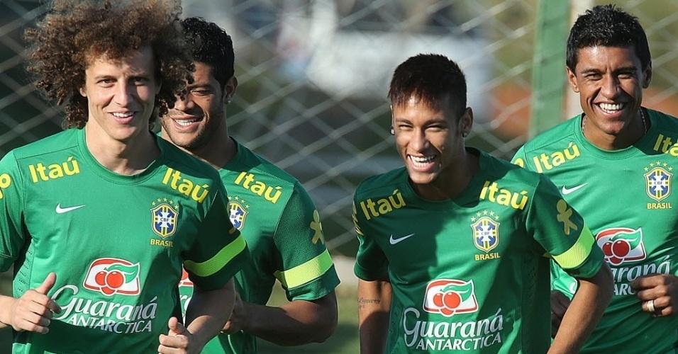 David Luiz, Hulk, Neymar e Paulinho se divertem durante treinamento da seleção brasileira em Goiânia, nesta terça-feira