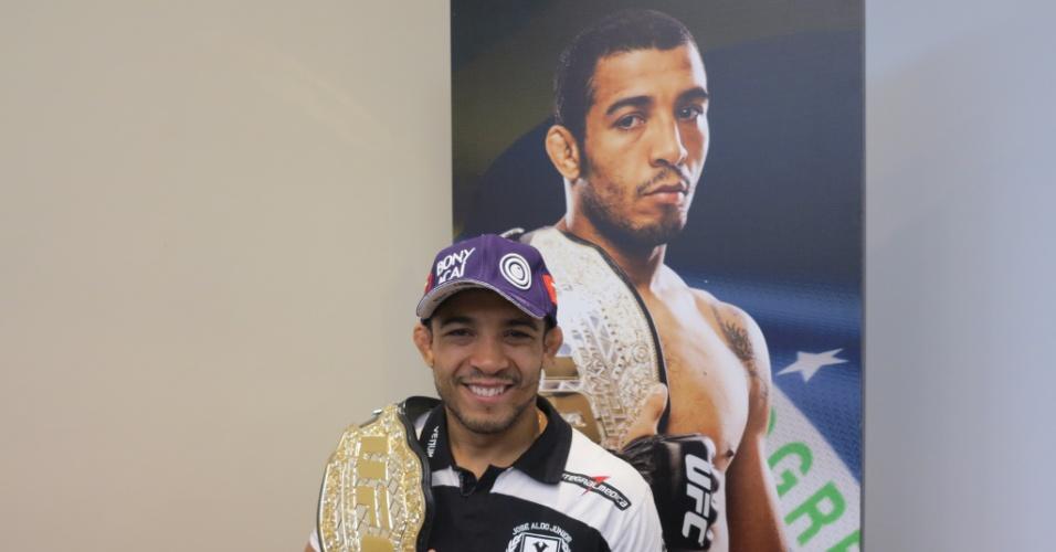José Aldo posa com o cinturão dos penas em evento de mídia para o UFC Rio 4 (11/06/2013)