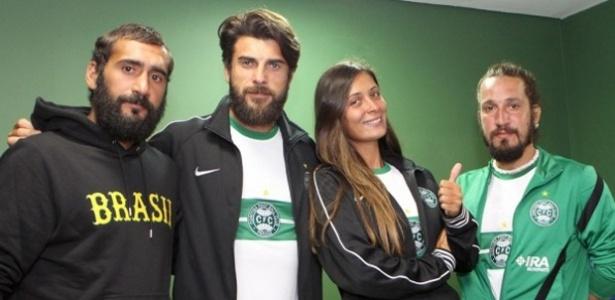 Turcos finalistas do reality show Survivor ganharam em uma prova o direito de assistir o Coritiba contra o Fluminense, na última quinta-feira, no Couto Pereira (10/06/2013)
