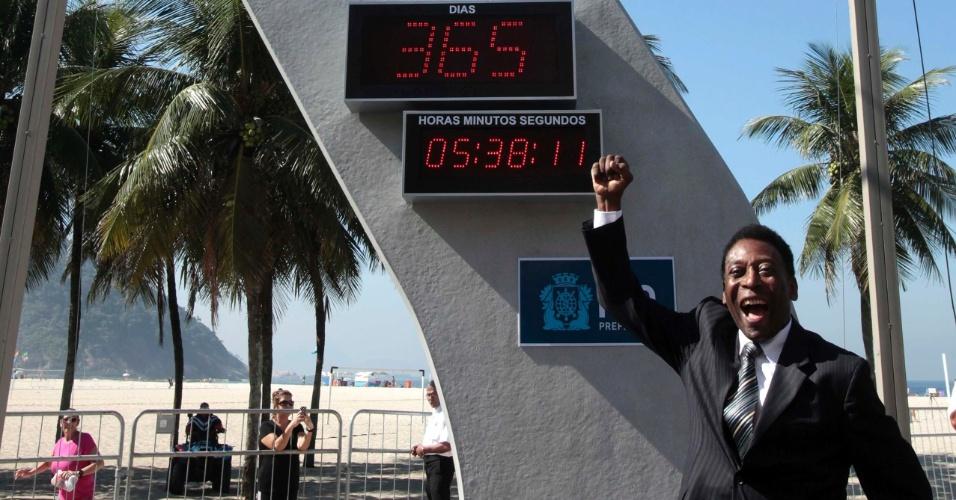 12.jun.2013 - Pelé foi o principal astro de um evento nesta quarta-feira, em Copacabana, que inaugurou um relógio com contagem regressiva para o início da Copa do Mundo de 2014