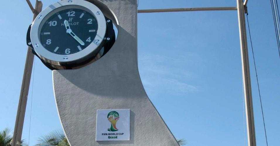 12.jun.2013 - Pelé participa de inauguração de relógio com contagem regressiva para a Copa do Mundo de 2014