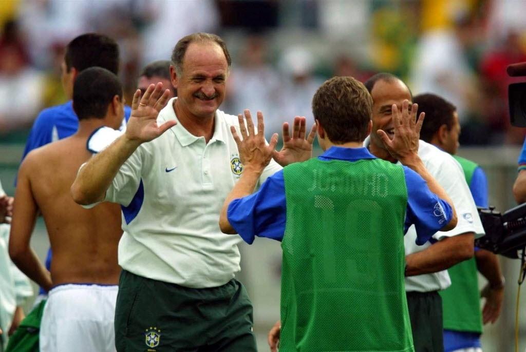 Juninho comemora gol com Scolari na Copa de 2002