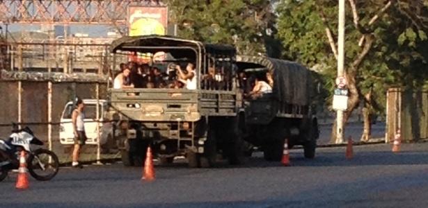 Caminhão do exército que ajudou a montar as grades em volta do Maracanã