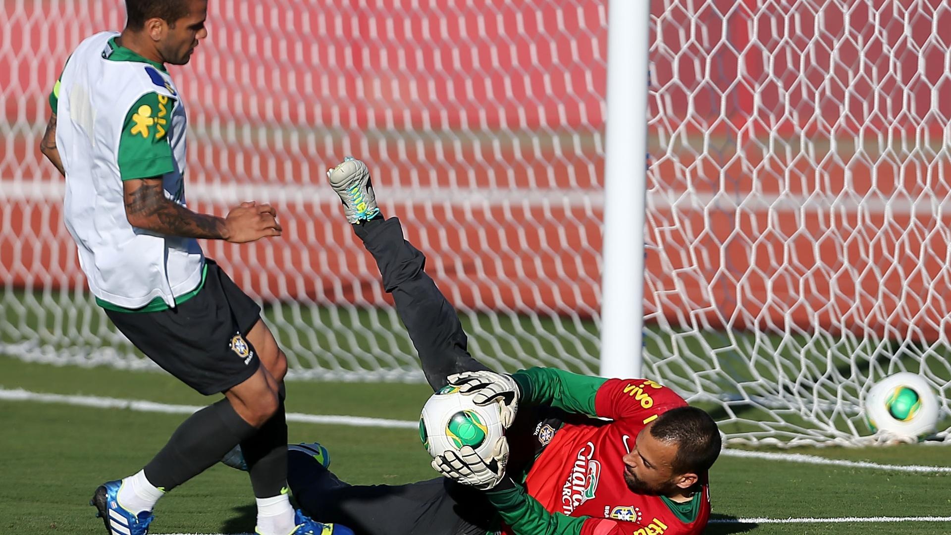 13.jun.2013 - Diego Cavaliei, goleiro do Fluminense, faz a defesa durante treinamento da seleção brasileira nesta quinta-feira, em Brasília
