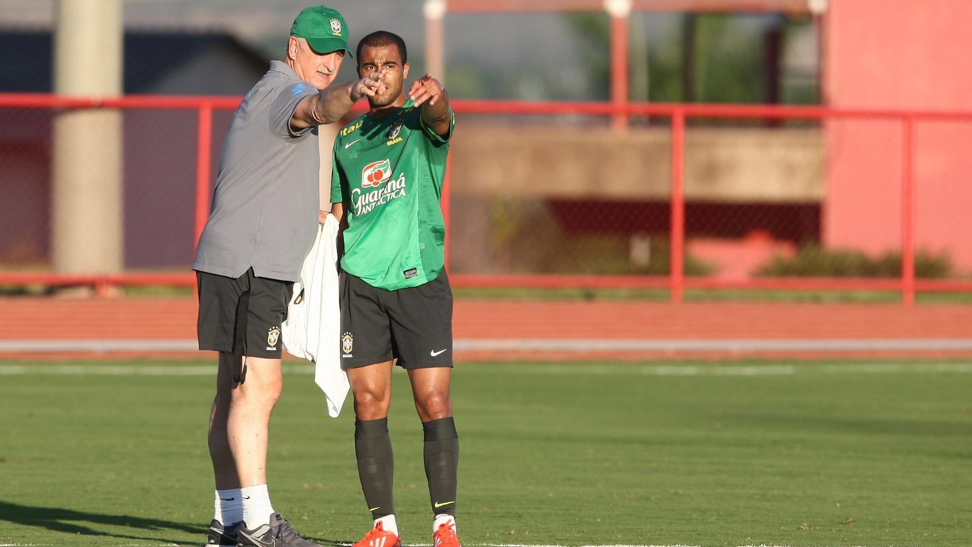 13.jun.2013 - Felipão e Lucas conversam durante treinamento da seleção nesta quinta-feira