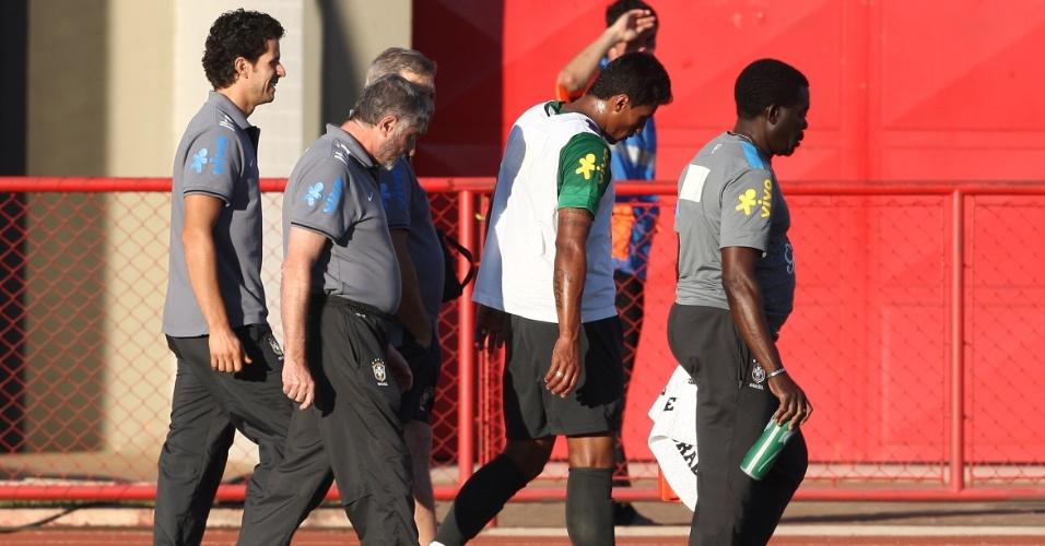 13.jun.2013 - Paulinho deixa o treinamento da seleção brasileira após lesionar o tornozelo