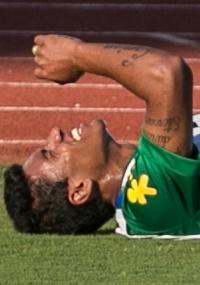 treino da seleção: Paulinho torce tornozelo, mas deve jogar estreia