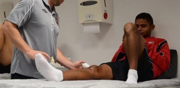 Volante Deivid realizando tratamento de fisioterapia no Atlético-PR para se recuperar de uma lesão no joelho direito (13/06/2013)
