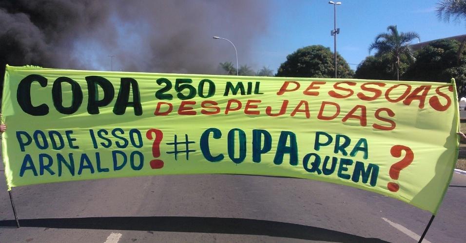 14.jun.2013 - Manifestantes ligados ao Movimento dos Sem Teto protestam nos arredores do estádio Mané Garrincha, em Brasília