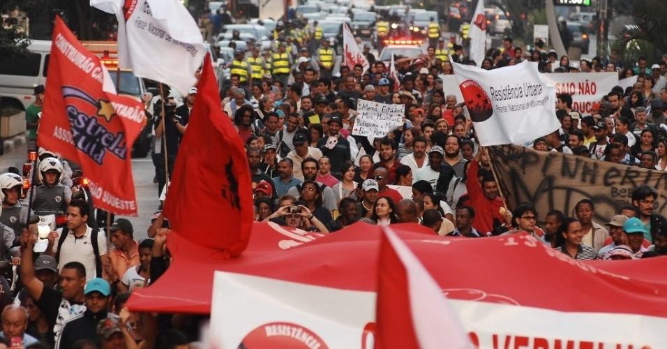14.jun.2013 - Comunidades afetadas pelas obras da Copa do Mundo em São Paulo fazem protesto na avenida Paulista