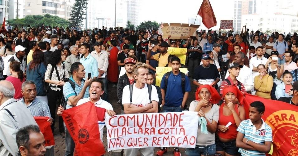 14.jun.2013 - Manifestantes ocuparam parte da avenida Paulista para protestar, nesta sexta-feira, contra os crimes da Copa do Mundo no Brasil