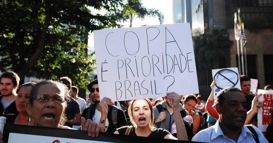 """14.jun.2013 - """"Copa é prioridade, Brasil?"""", diz cartaz de manifestante durante protesto nesta sexta-feira, na avenida Paulista, contra a Copa do Mundo em São Paulo"""