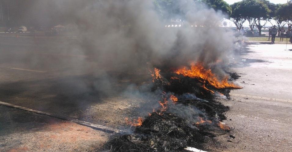 14.jun.2013 - Manifestantes do Movimento dos Trabalhadores sem Teto atearam fogo em pneus e interditaram a avenida Eixo Monumental, nos arredores do estádio Mané Garrincha, em Brasília