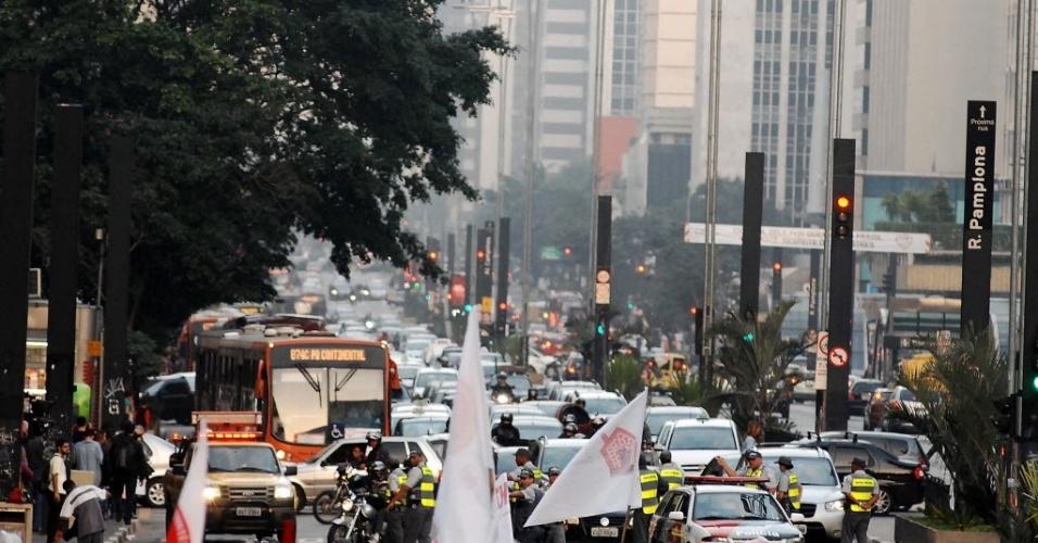 14.jun.2013 - Parte da avenida Paulista foi bloqueada para a manifestação contraria a realização da Copa do Mundo em São Paulo