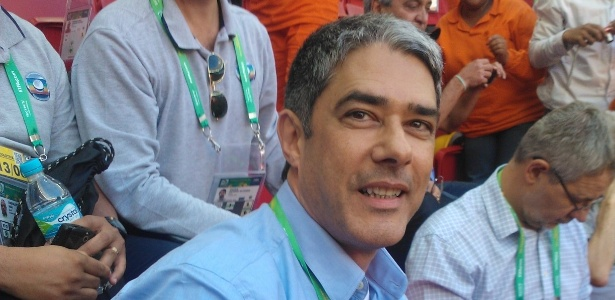 Apresentador do Jornal Nacional, da TV Globo, é tietado durante treino da seleção brasileira