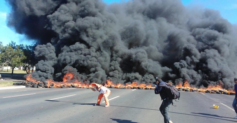 Manifestantes em Brasília colocam fogo em barricada de pneus e fecham avenida que dá acesso ao Mané Garrincha