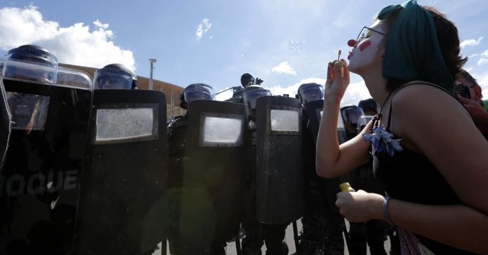 15.jun.2013 - Com cartazes e rostos pintados, manifestantes realizaram protesto na frente do estádio Mané Garrincha