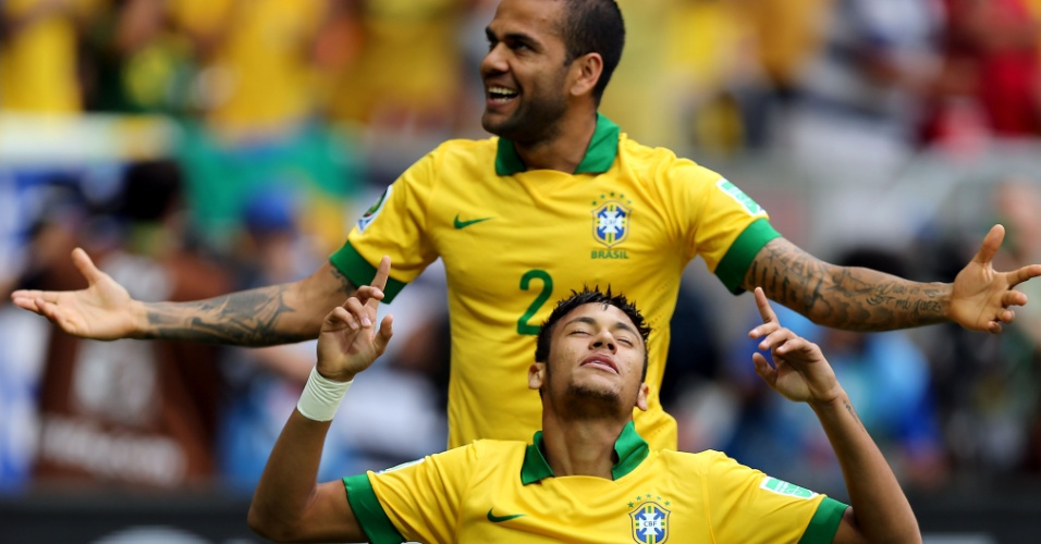 15.jun.2013 - Com Daniel Alves ao fundo, Neymar comemora o seu gol na partida entre Brasil e Japão, na abertura da Copa das Confederações