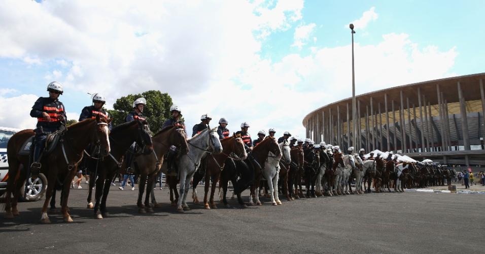 15.jun.2013 - Grande efetivo policial é deslocado para as imediações do estádio Mané Garrincha para acompanhar protesto e garantir a segurança dos torcedores
