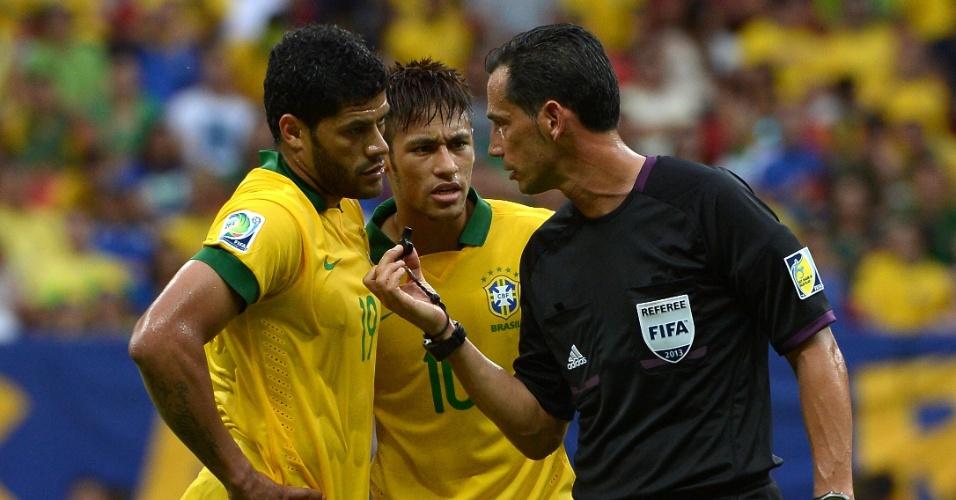 15.jun.2013 - Hulk e Neymar reclamam com árbitro durante o jogo de estreia do Brasil na Copa das Confederações