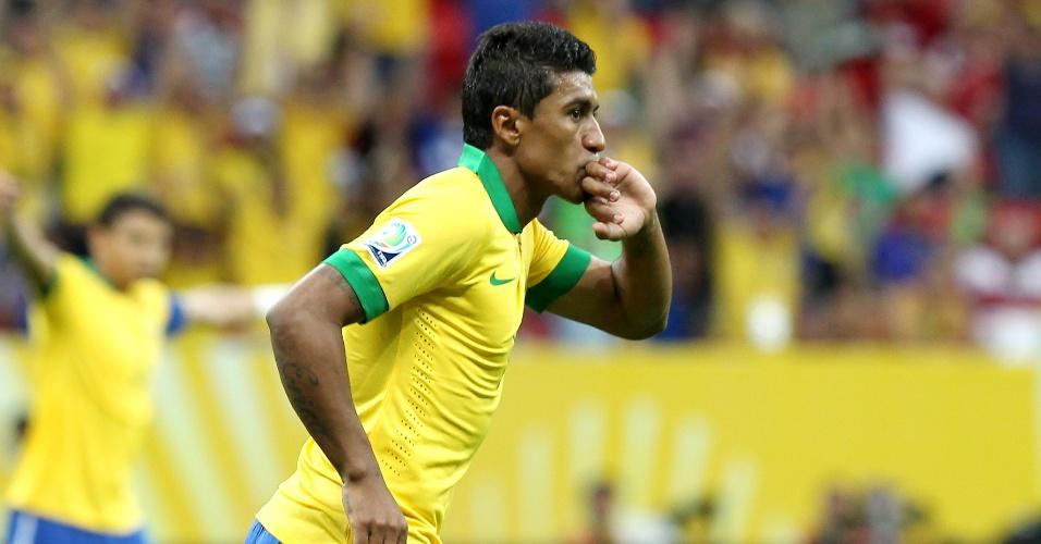 15.jun.2013 - Paulinho beija sua aliança na comemoração do segundo gol do Brasil na estreia da Copa das Confederações contra o Japão