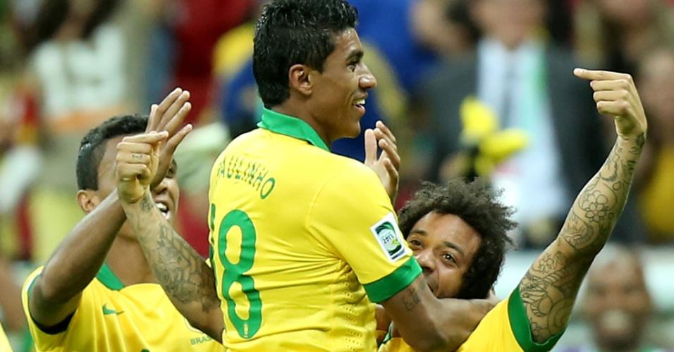 15.jun.2013 - Paulinho é abraçado por Marcelo após marcar o segundo gol do Brasil na estreia contra o Japão